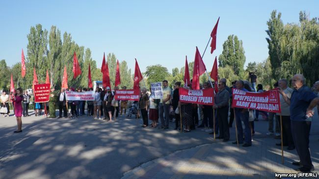В Крыму набросились с критикой на Путина и Медведева