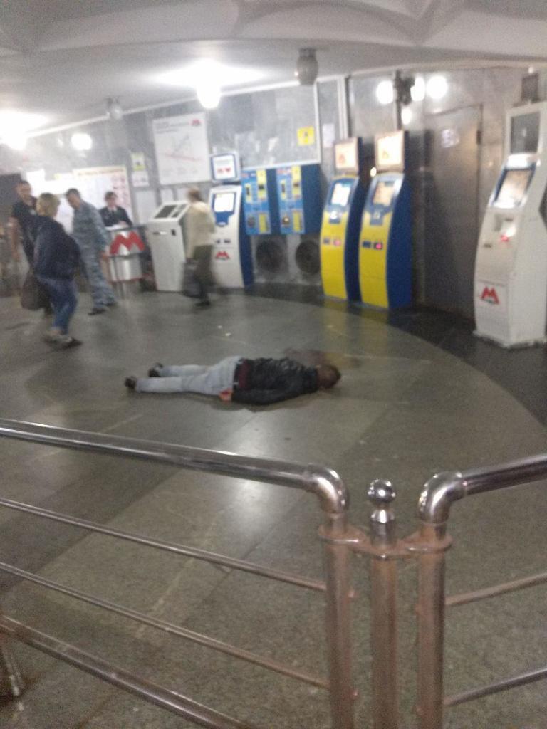 На станции метро Харькова обнаружили тело в луже крови: фото