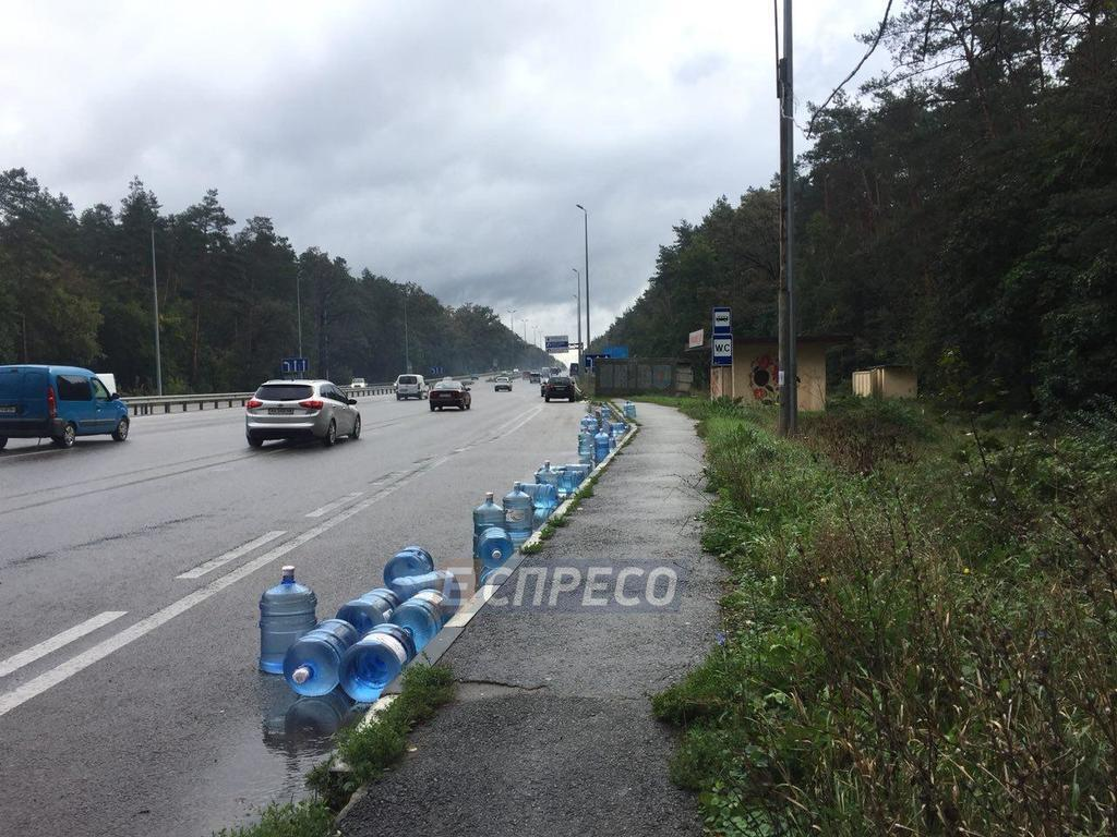 Под Киевом грузовик влетел в микроавтобус: фото аварии