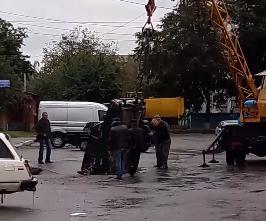Под Киевом такси рухнуло в адский провал на дороге: фото и видео ЧП