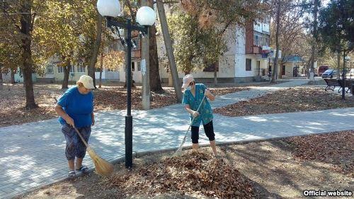 Коммунальщики не справляются с листьями