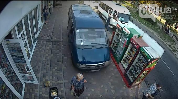 """В Запорожье """"Газель"""" вылетела на тротуар и сбила женщину-пешехода"""