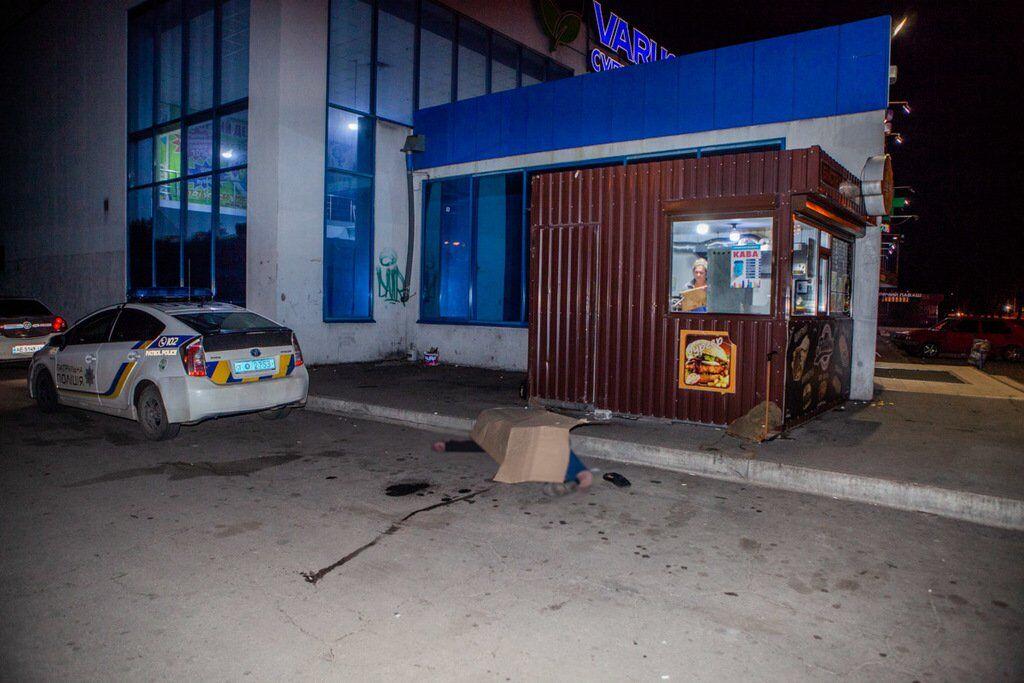 В Днепре возле супермаркета нашли труп: есть фото