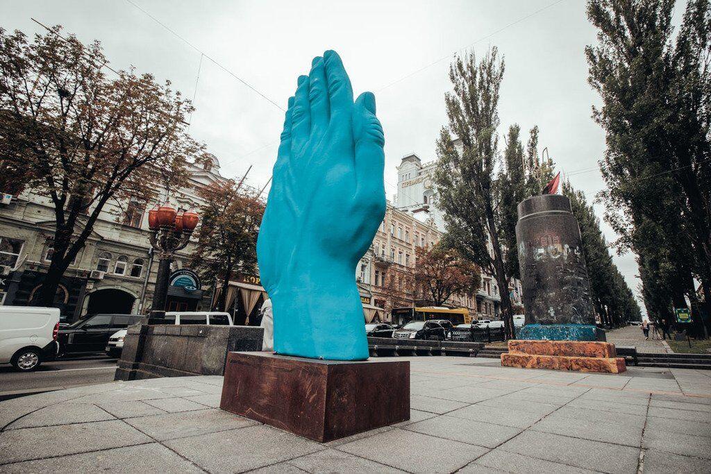 В Киеве вместо Ленина установили гигантскую руку