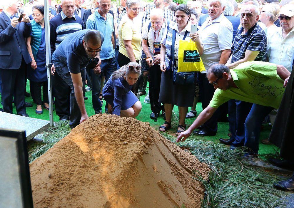 Табличка и гора земли: в сеть попало первое фото могилы Кобзона