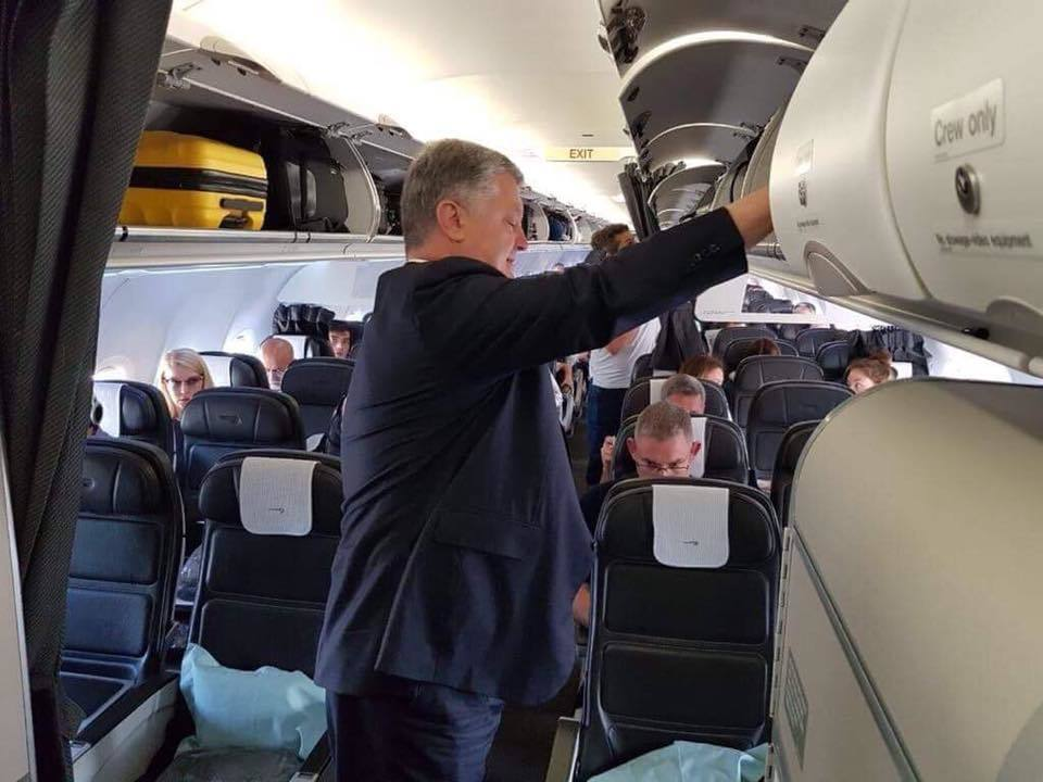 Порошенко застукали в рейсовому літаку: фотофакт здивував українців