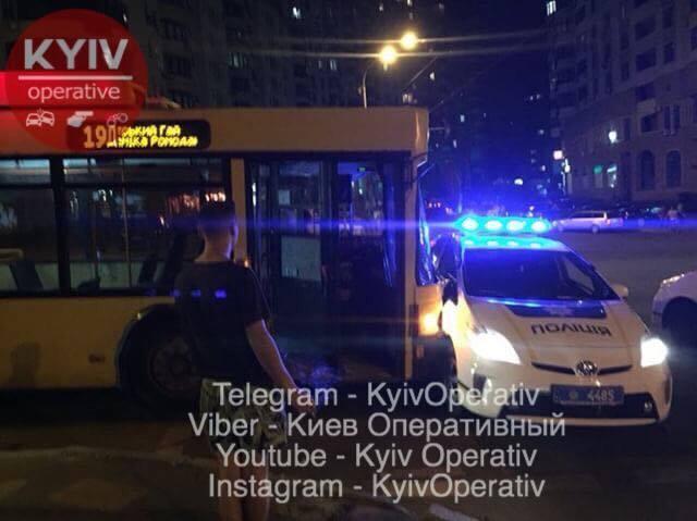У Києві тролейбус протаранив авто поліції