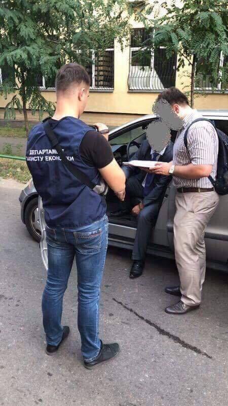 В Киеве поймали на взятках топ-чиновника Госгеонедр
