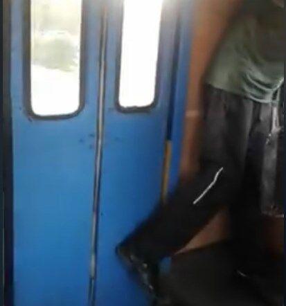 """Тримав двері ногою: з'явилося відео """"екстриму"""" в тролейбусі Одеси"""