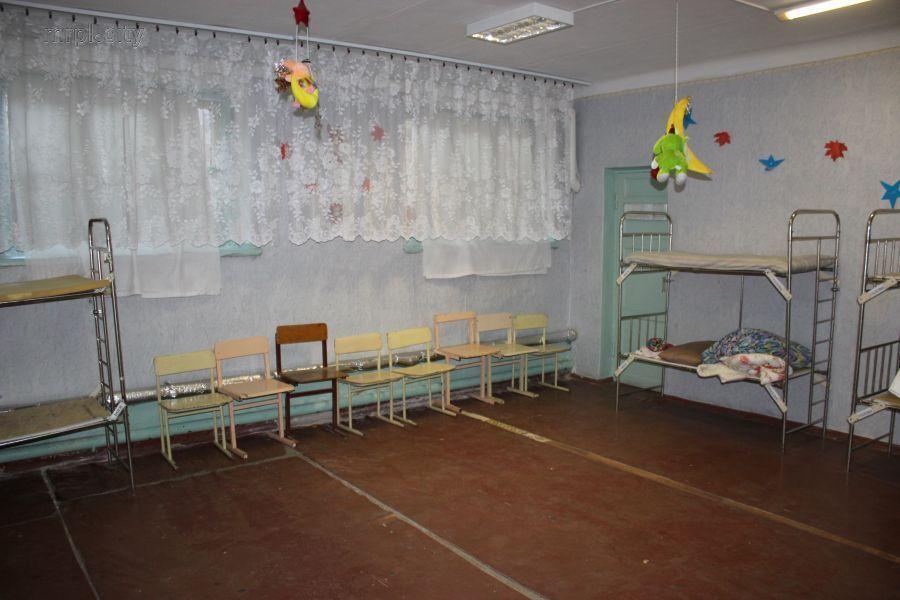 Родители в ужасе: в Мариуполе школьников упекли в подвал