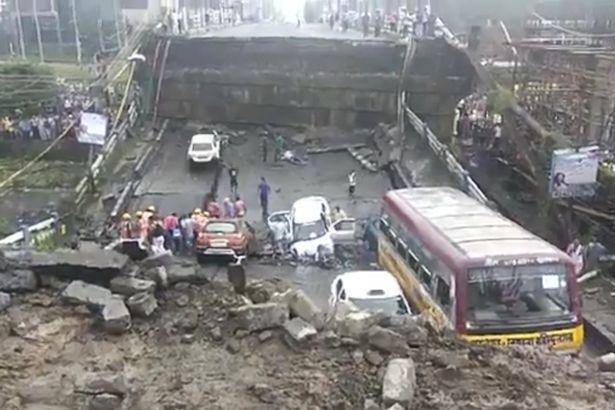 В Індії в годину пік обвалився міст: п'ятеро загиблих, десятки поранених і похованих заживо
