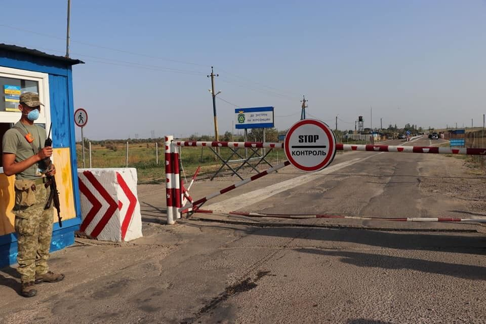 На КПП по соседству с Крымом пограничники дежурят в масках