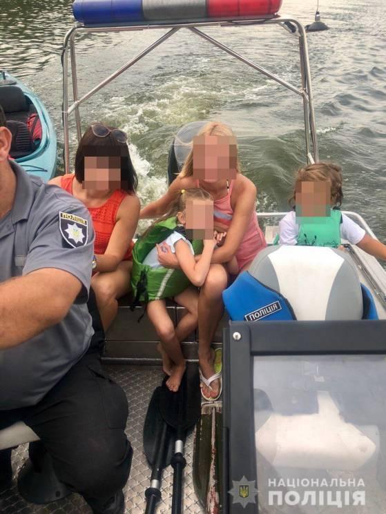 Запорожские полицейские спасли женщин и детей, застрявших на байдарке посреди Днепра