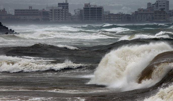 Японию накрыл мощный тайфун: объявлена экстренная эвакуация