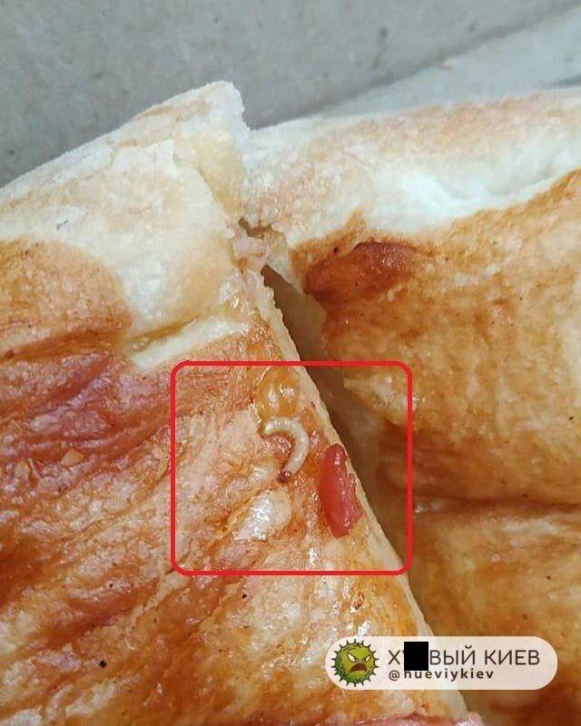 У мережі показали черв'яків у випічці київського супермаркету