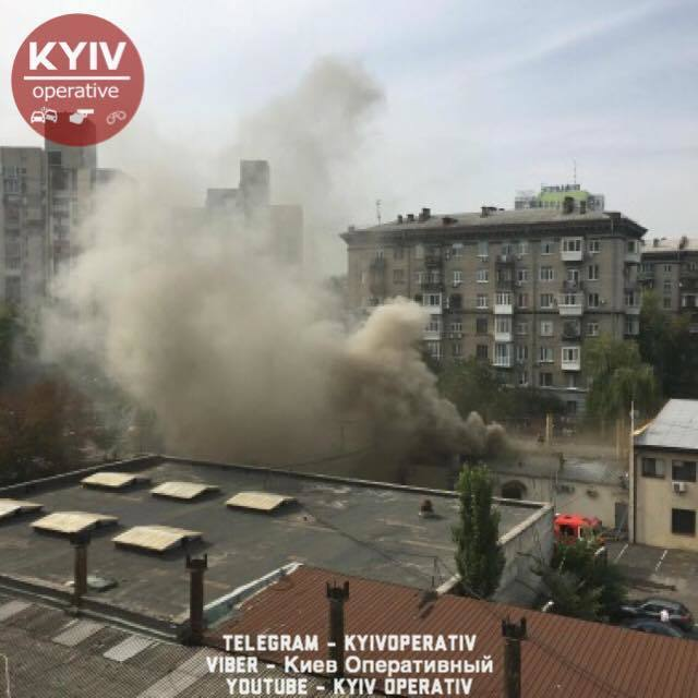 В Киеве разгорелся мощный пожар в ресторане: появились первые фото и видео