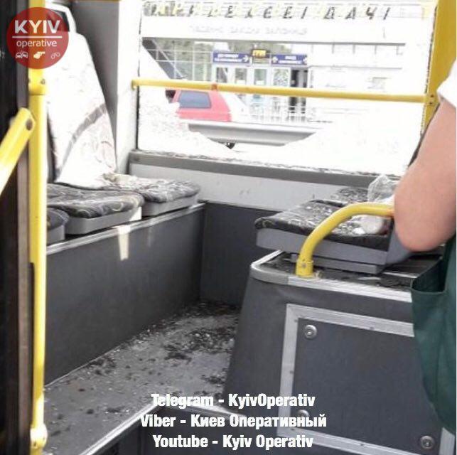 В Киеве неадекват обстрелял троллейбус
