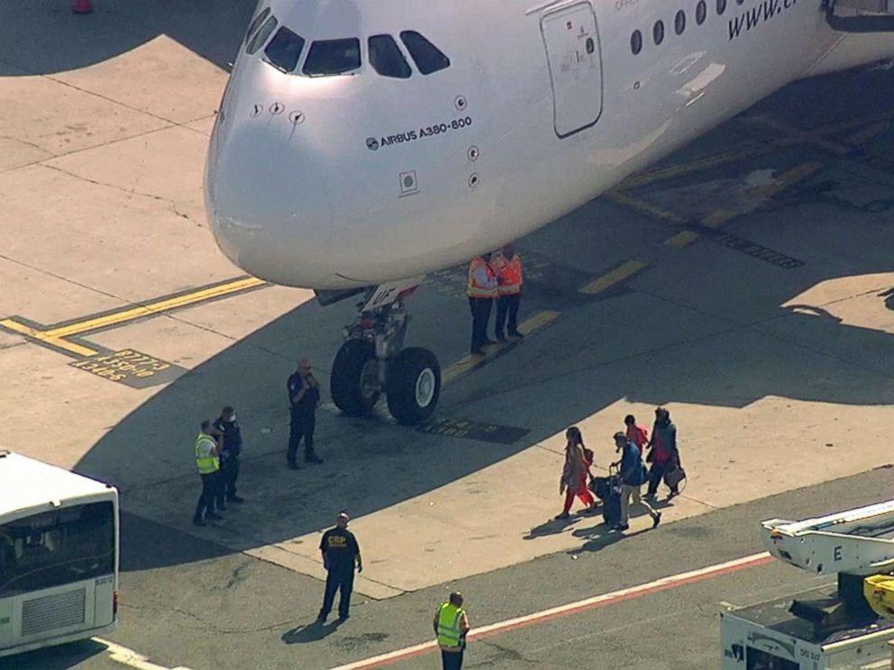 """В США самолет поразила загадочная """"эпидемия"""": более 100 больных на борту"""