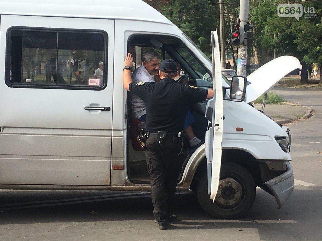 В Кривом Роге экипаж полиции протаранил маршрутку и две легковушки