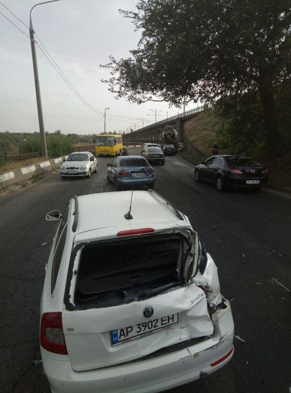 В Запорожье на мосту Преображенского водитель бетономешалки сбил четыре легковых автомобиля