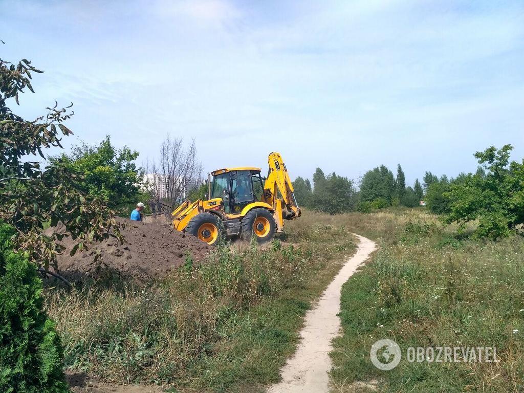 На участке, который находится под арестом, ведутся земляные работы