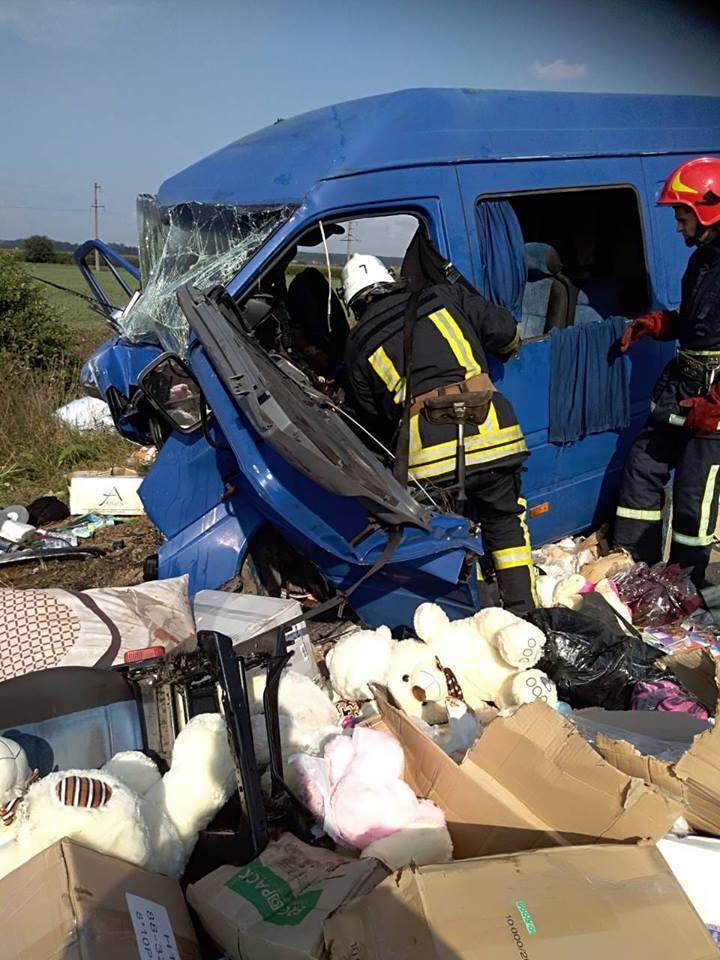 Погибли дети, 9 раненых: в Коломые столкнулись легковушка и микроавтобус