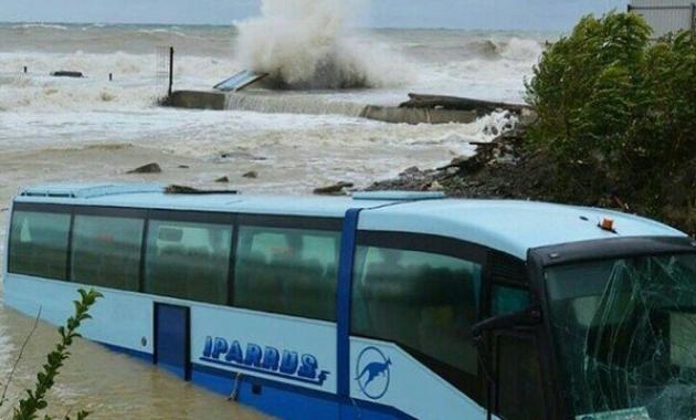 """Приграничный к Крыму город """"утонул"""": в море смыло целый автобус. Фото и видео стихии"""