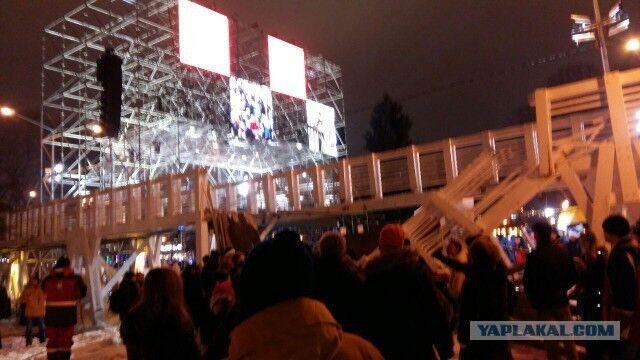 Мост упал на людей: в Москве — жуткое ЧП в новогоднюю ночь