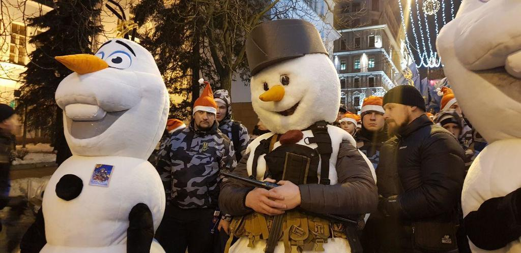Снеговики и ''Героям слава!'' В Киеве прошел уникальный марш в честь Бандеры