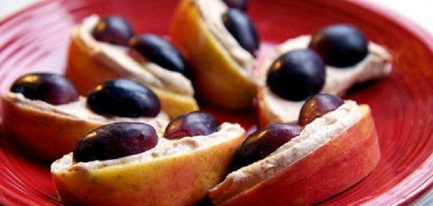 Яблука з йогуртом і виноградом