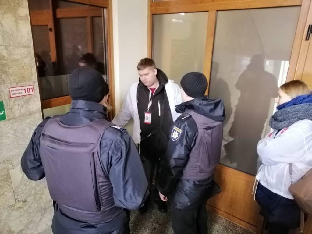 Работники АРМА спрятались от журналистов