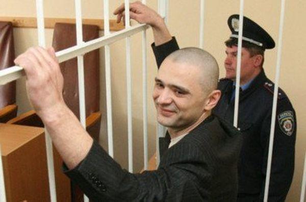Максим Курочкин был застрелен при выходе из здания Святошинского райсуда в Киеве (2007 год)