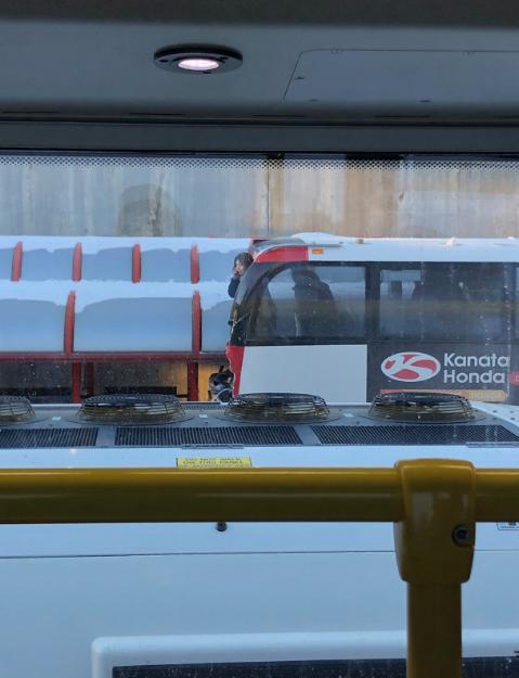 В Канаде двухэтажный автобус на ходу протаранил остановку