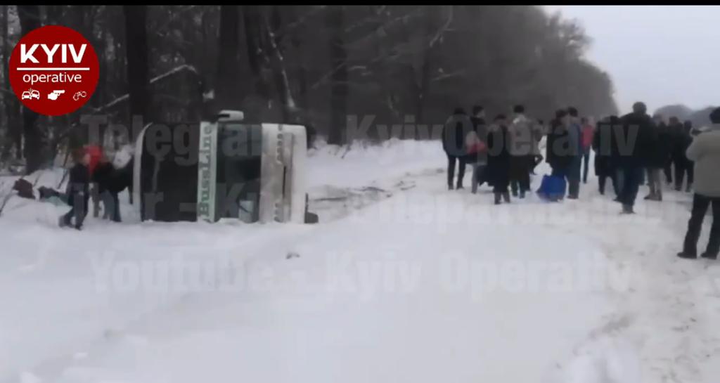Вылетел в кювет: на Черниговщине перевернулся двухэтажный автобус ''Киев-Москва''. Первое видео ДТП