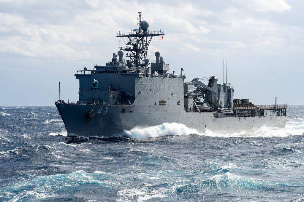 Десантный корабль USS FortMcHenry ВМС США