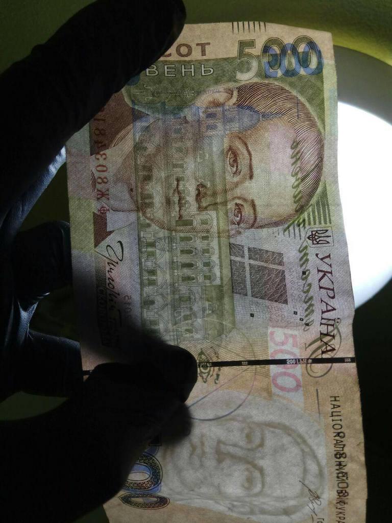 У терміналах та інтернеті: українцям масово сплавляють фальшиві гроші