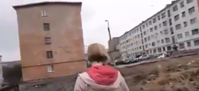''Весь двор в г*вне'': в сети показали видео из вставшей с колен России
