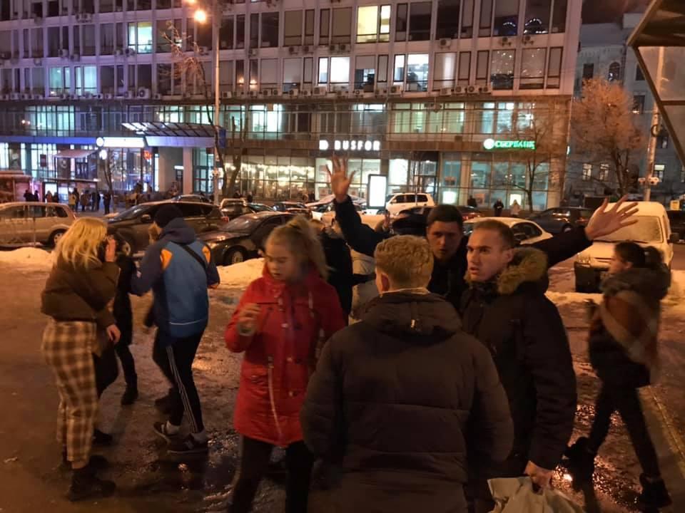 Внезапно набросились и повалили: у метро Киева дети зверски избили мужчину