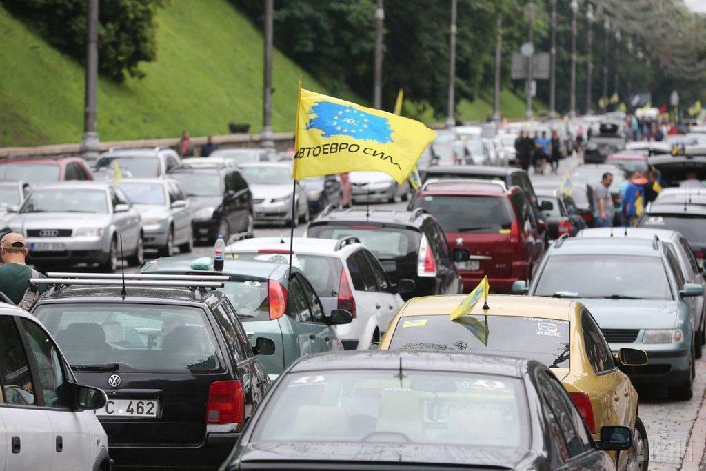 """Грядет """"конец"""" евроблях: украинцы из-за штрафов кинулись растаможивать авто"""