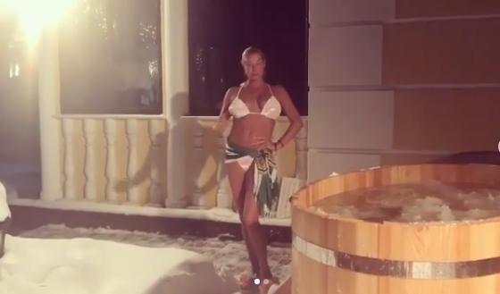 Напівгола Волочкова зганьбилася під час купання
