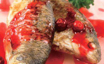 Жареная рыба с клюквой
