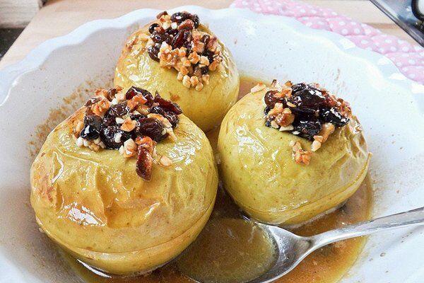 Запеченные яблоки с изюмом и орехами