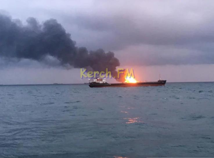 У Керченского пролива произошел взрыв: загорелись два судна