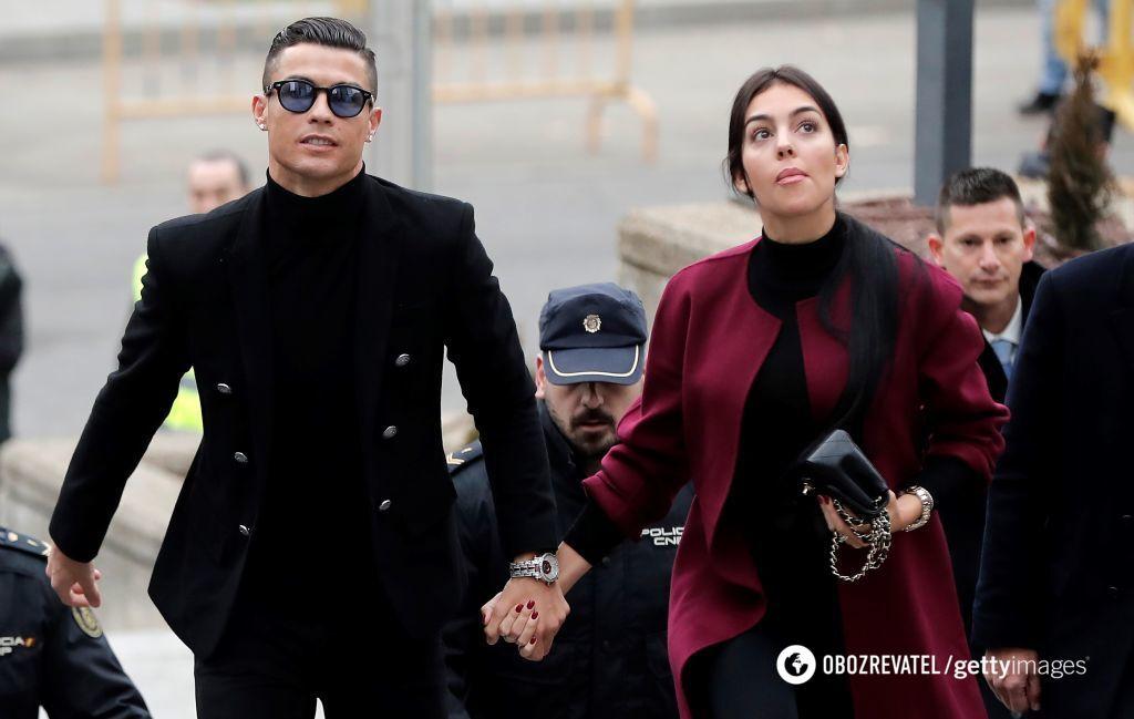 Криштиану Роналду и его подруга Джорджина Родригес на заседании суда