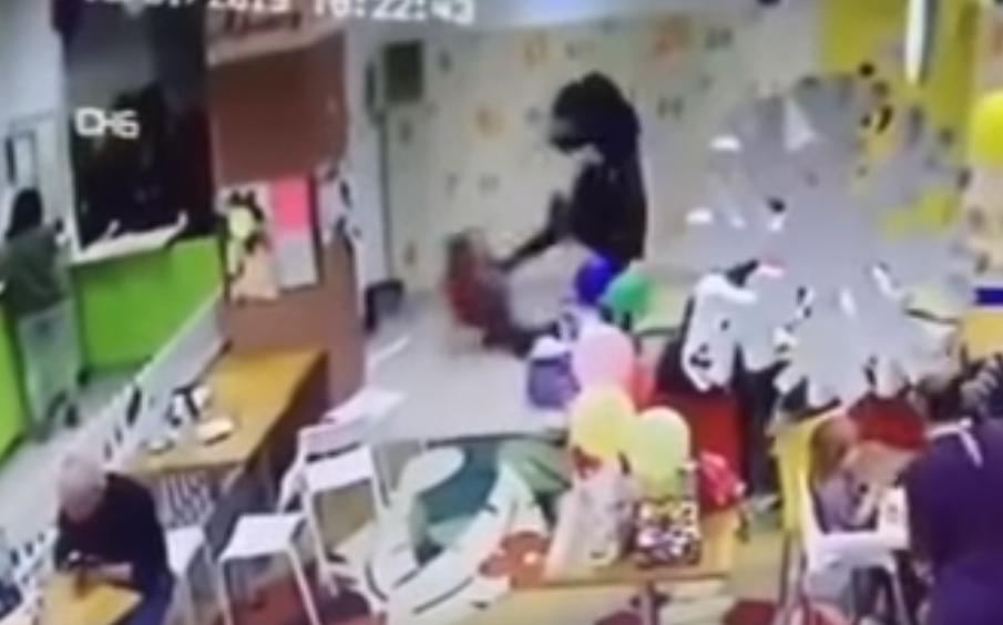 В Запорожье мать в ТРЦ жестоко избила ребенка