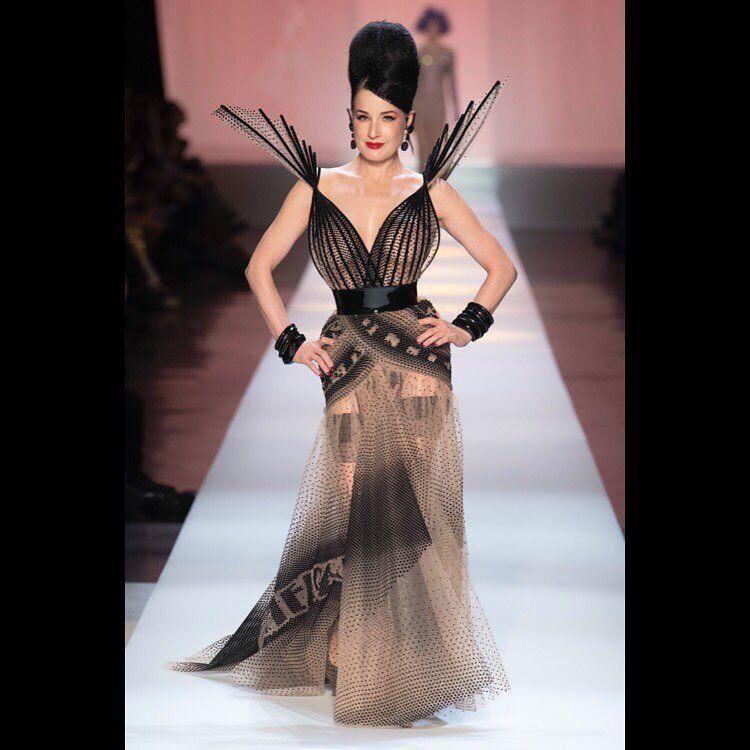 Королева бурлеска сверкнула грудью на модном показе