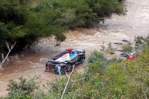 Пасажирський автобус упав у річку: 10 жертв