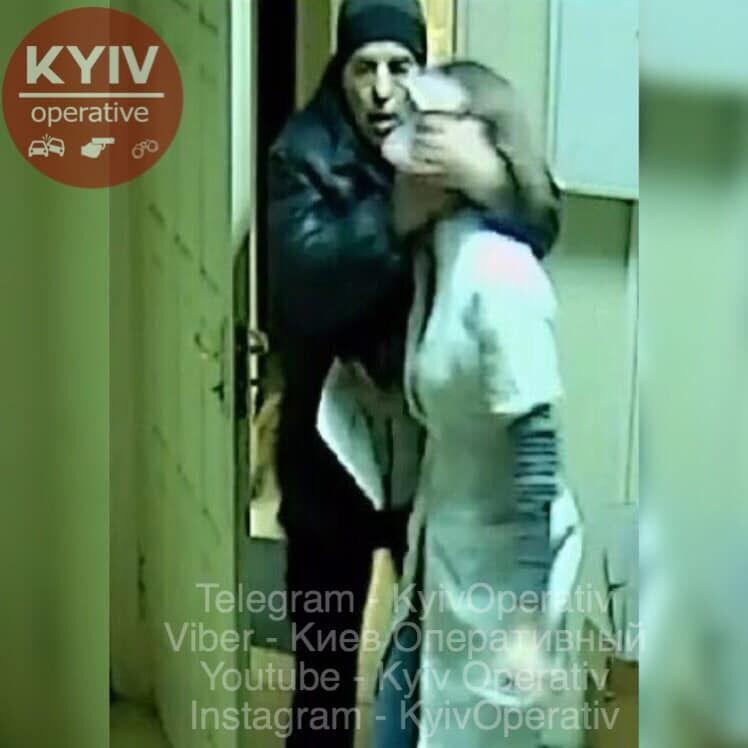 Затащил в подсобку: в аптеке Харькова произошло жуткое преступление