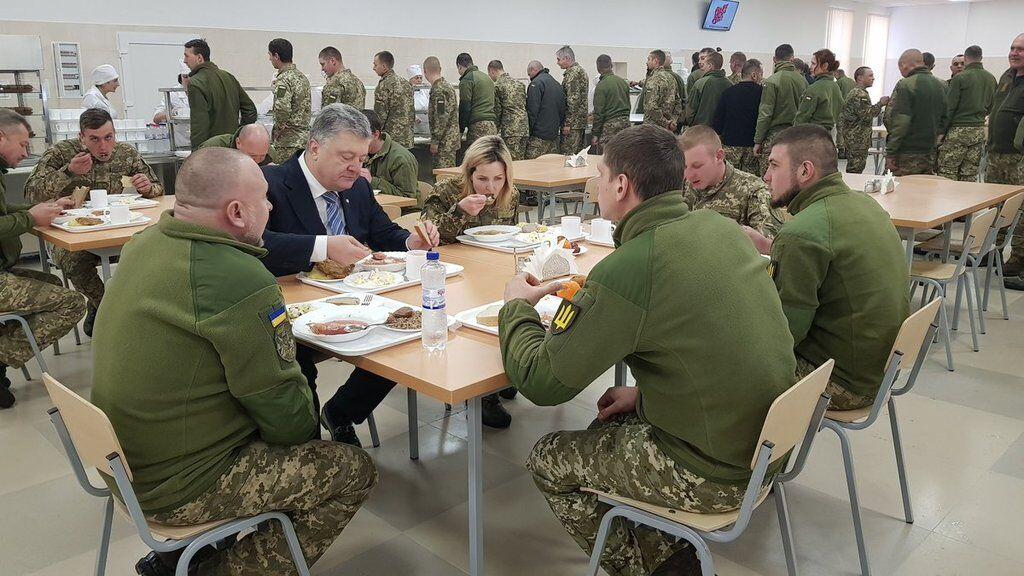 Порошенко засекли в очереди за солдатской едой: что ел президент. Фотофакт