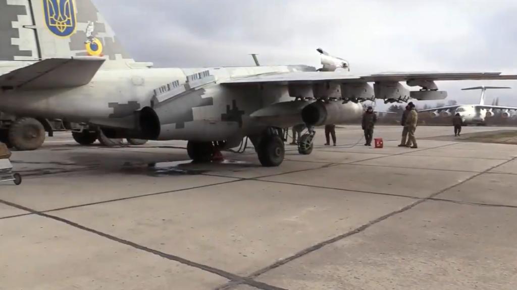 Боевая авиация ВСУ провела учения над Азовом: зрелищное видео